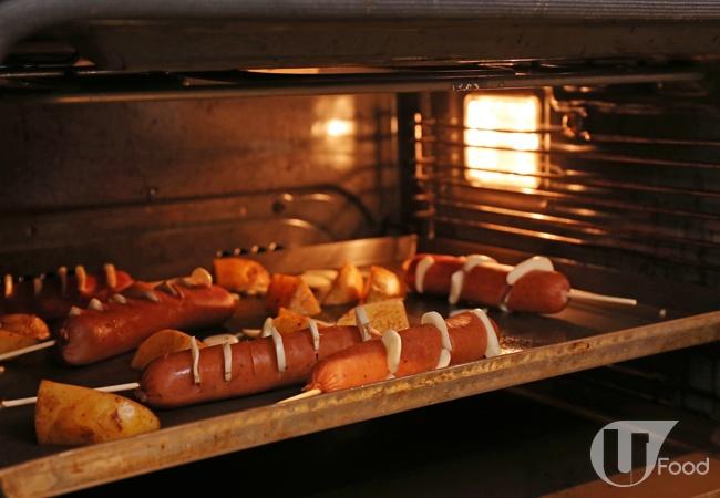 (3) 焗爐預熱至 180度;焗盤噴少許油,放上香腸和薯角,在焗爐焗 7 至 8 分鐘。