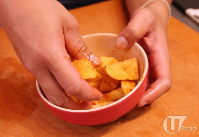 (1) 薯仔洗淨,切成小塊成為薯角,以鹽、黑椒、甜椒粉和橄欖油調味。蒜頭切片。